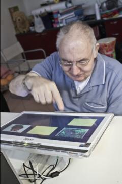 anziano con tablet
