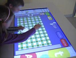 bambini lavorano sul tavolo touch