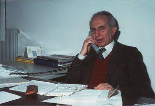 Giovanni Zanichelli al telefono alla scrivania