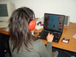 Eargames: una bambina utilizza uno dei giochi utili allo  screening audiologico