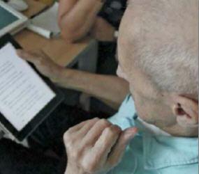 L'uso del tablet da parte di un anziano
