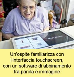 Un'ospite familiarizza con un touchscreen