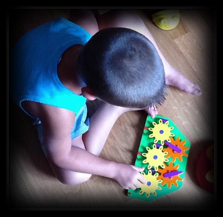 un bambino usa la pascalina