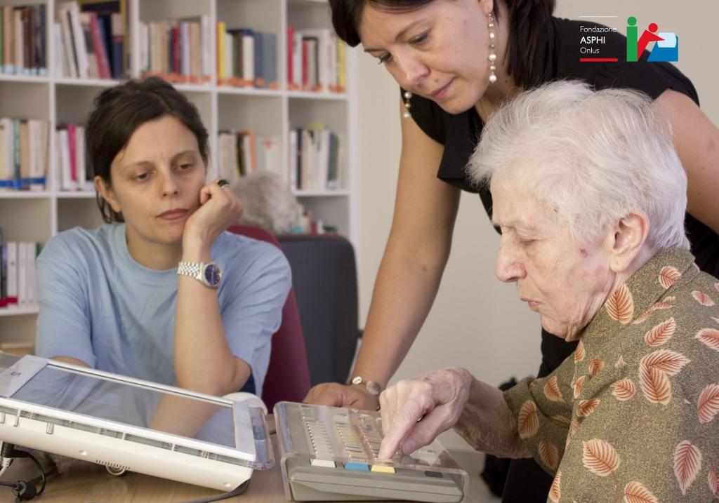 Cristina Manfredini (in alto a destra) di ASPHI In occasione di una sperimentazione in una struttura per anziani